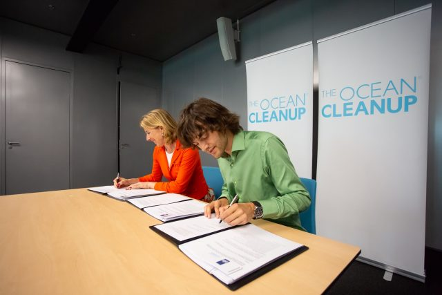 State secretary Stientje van Veldhoven and Boyan Slat, signing the agreement